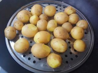 蒜香味的孜然香辣小土豆,土豆蒸熟大约需要15分钟,筷子可以插过就好