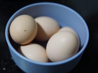原味蛋糕卷,洋鸡蛋大概是4个,我用的土鸡蛋,带壳240克左右