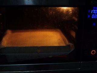 原味蛋糕卷,借助刮刀抚平,放入烤箱内,170度25分钟左右