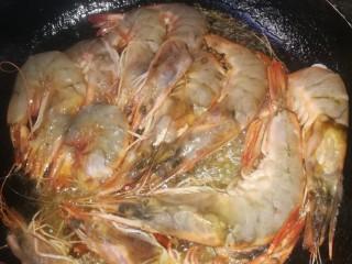 虾之糖醋大虾,对虾下锅,油煎至红色,翻面煎。