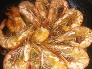 虾之糖醋大虾,两面都上色后加备好的糖醋汁。
