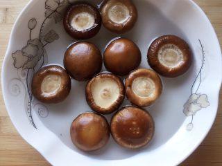 #咸味#烤牛肉酿香菇,新鲜香菇去蒂洗净,在盐水中浸泡五分钟。