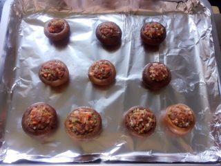#咸味#烤牛肉酿香菇,再把腌好的牛肉馅放在香菇上。