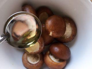 #咸味#烤牛肉酿香菇,撒入少许烧烤粉,倒入适量橄榄油拌匀,腌制五分钟至其入味。