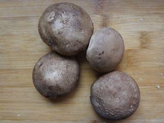 香菇豆腐,香菇洗干净去根