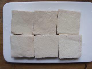香菇豆腐,拿6个豆腐。我用的是专门油炸的那种外面硬点里面嫩的豆腐