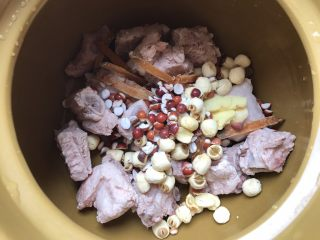 沙虫茨实莲子山药排骨汤,加入茨实,莲子,姜片
