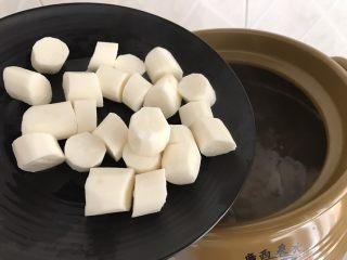 沙虫茨实莲子山药排骨汤,其中煮到熄火前20分钟时,加入去皮的山药,因为山药不耐煮,太早放进去容易烂成糊
