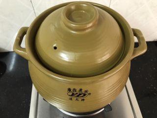 沙虫茨实莲子山药排骨汤,盖起盖子,大火烧开,转中小火煲1.5-2小时