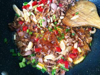 无肉不欢之鸡杂粉条,然后加入泡椒,姜,蒜瓣、葱头翻炒均匀。