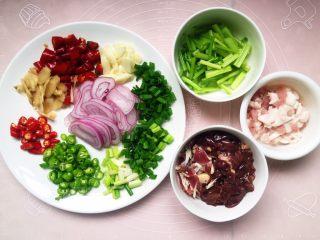 无肉不欢之鸡杂粉条,将各种材料切好如图所示。