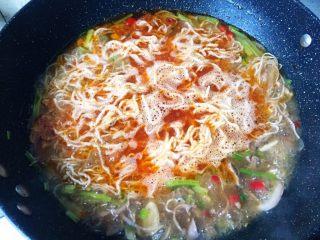 无肉不欢之鸡杂粉条,煮开后放入粉条,尽量让粉条淹在汤中。
