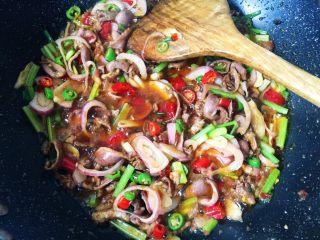 无肉不欢之鸡杂粉条,然后加入适量生抽翻炒均匀。