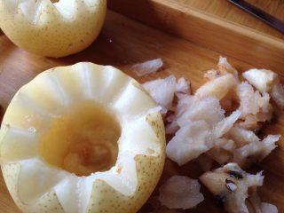 微波烤酥梨#甜味#, 用小刀掏去梨的内核(可以适当多挖出一些)