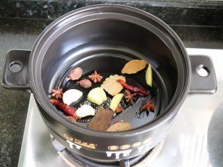 砂锅啤酒鸭,开小火,倒入所有香料煸炒出香味;