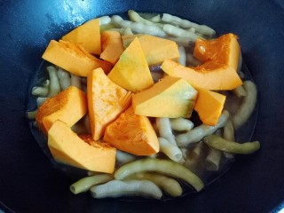 #咸味#东北豆角炖南瓜,再把切好的南瓜放入锅中,继续烧开,转小火约8分钟即可。(南瓜熟了就可以)