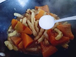 #咸味#东北豆角炖南瓜,加入盐,(根据个人口味放盐量。)用铲子稍作翻动,即可关火。