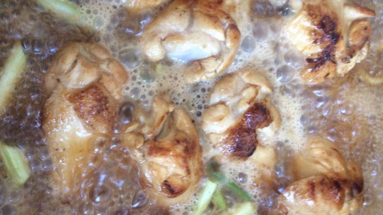 啤酒鸡翅根,放各种配料,葱姜蒜,香叶八角等炖煮。