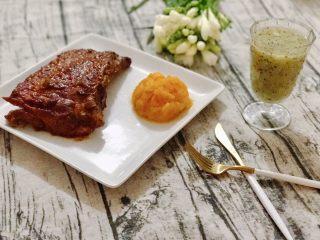猕猴桃烤猪小排,烤好取出两面再抹上烤肉酱(BBQ sauce),切块配上南瓜泥,猕猴桃汁和朋友们尽情享用吧。多余的猕猴桃泥用温水蜂蜜调了杯猕猴桃汁,配肉正好,促进消化。