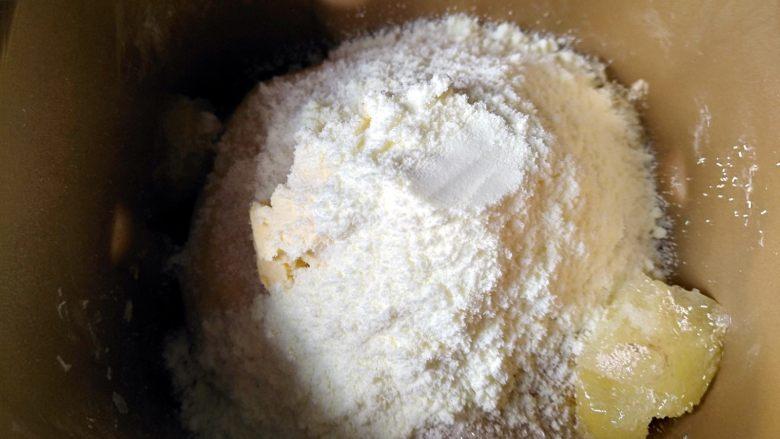 中种北海道吐司,将发酵好的中种面团撕成小块,加入主面团所有原料