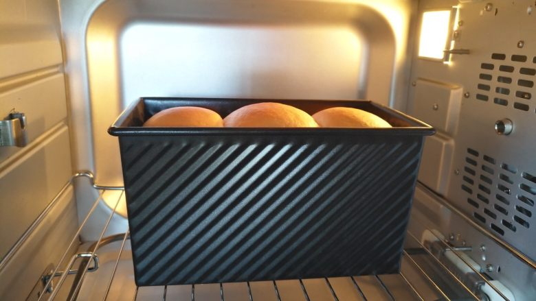 中种北海道吐司,放入预热好的烤箱最下层上下火140度30分钟