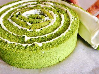 抹茶漩涡蛋糕,然后将蛋糕片一条一条首尾相接的卷在一起