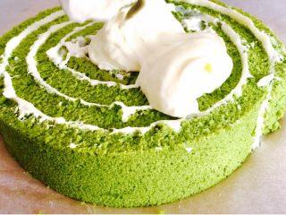 抹茶漩涡蛋糕,将剩余的奶油涂抹在蛋糕表面
