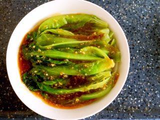 蚝油生菜,煮好的酱汁浇在生菜上即可。