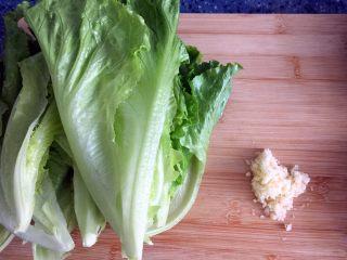 蚝油生菜,食材处理 1)生菜一片一片掰开,洗干净。 2)蒜剥皮洗干净切碎。