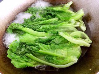 蚝油生菜,用筷子搅拌,翻面继续煮,大概烫30秒即可。