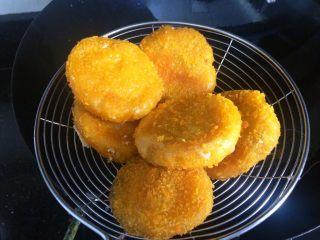#甜味#南瓜豆沙饼,炸好捞起。