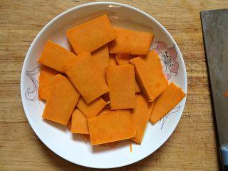 #甜味#南瓜豆沙饼,南瓜去皮切片。