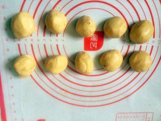 #甜味#南瓜豆沙饼,分成大小均匀的小面团。