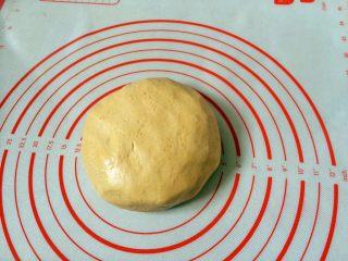 #甜味#南瓜豆沙饼,和成光滑的面团。