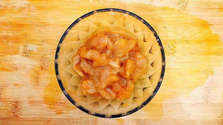酸酸甜甜就是我(茄汁白玉菇鸡胸肉炒年糕),切好的鸡胸肉放入碗内,入少许料酒,少许生抽,一丁点儿白糖,少许淀粉,抓均匀,腌制20分钟!