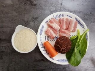 宝宝辅食~田园排骨粥,首先准备食材:排骨要选精排,蔬菜可以选择你喜欢的