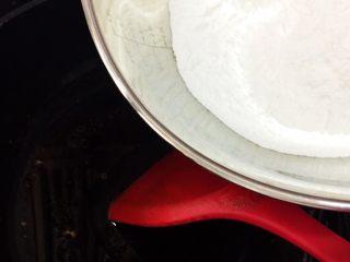 传统伍仁馅,炒均匀后小量多次加入炒熟的面粉,边加边炒