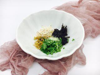 #咸味#  地方特色海鲜汤小云吞 ,把紫菜,香菜,小虾皮,冬菜放在汤碗里,再倒入1小勺的香油,放入少许白胡椒,鸡精,盐。