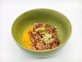 #咸味#  地方特色海鲜汤小云吞 ,放入一个鸡蛋,少许白胡椒粉、姜粉,1小勺盐,朝一个方向搅拌均匀,搅至粘稠。