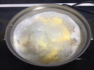 #咸味#  地方特色海鲜汤小云吞 ,鸡蛋液形成鸡蛋花后关火。