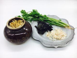 #咸味#  地方特色海鲜汤小云吞 ,准备辅助食材:天津冬菜,紫菜,小虾皮,香菜。