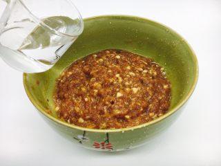 #咸味#  地方特色海鲜汤小云吞 ,分三次,每次放入10左右的水,朝一个方向搅至肉馅完全吸收水。