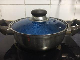 #咸味#  地方特色海鲜汤小云吞 ,锅里放适量的水,把水煮开。