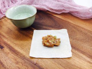 #咸味#  地方特色海鲜汤小云吞 ,盛一小勺的肉放在云吞皮中间,在云吞皮上边抹一点点水。
