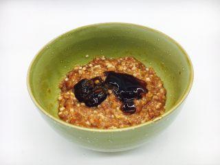 #咸味#  地方特色海鲜汤小云吞 ,放入1小勺黄豆酱和蚝油,继续朝一个方向搅拌,搅拌至肉馅吸收。