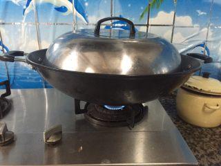 板栗炖排骨,盖上盖子煮20分钟