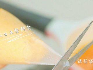 胡萝卜莲藕排骨面线 宝宝辅食西兰花+番茄,裱花袋剪一个口,口的大小就是面的粗细。