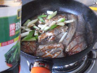 煎烧带鱼, 加入生抽