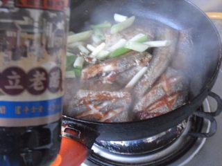煎烧带鱼, 先后烹入料酒、老醋