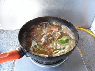 煎烧带鱼, 加适量清水,烧制5分钟